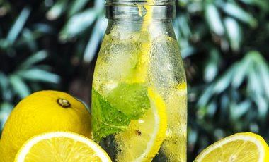 Woda z miodem i cytryną – zdrowotne właściwości, odchudzanie